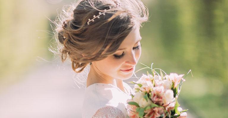 Junge Boho Braut mit Blumen