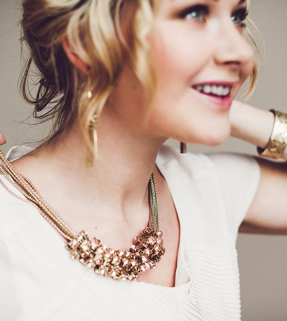 Frau mit eleganter Kette in Gold