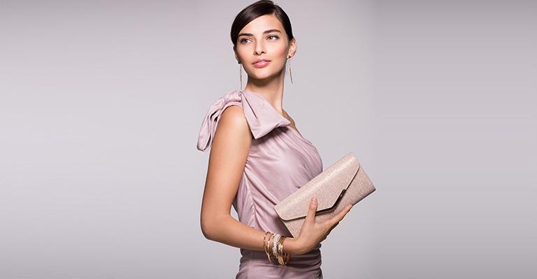 Frau mit Tasche Hochzeitsvorbereitung