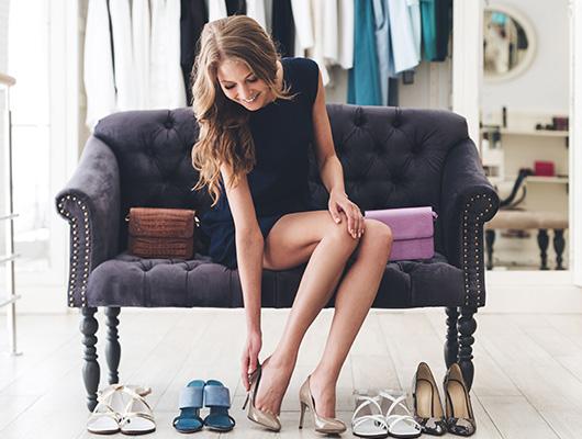 Frau sucht Schuhe für die Hochzeit aus