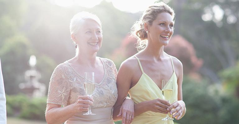 Hochzeitsgäste auf einer Wiese
