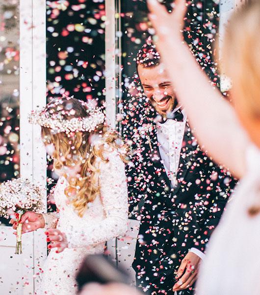 Glückliches Hochzeitspaar wird gefeiert