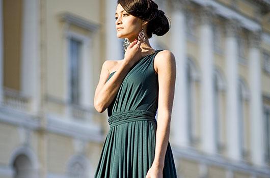 Frau in langem flaschenfarbenem Kleid
