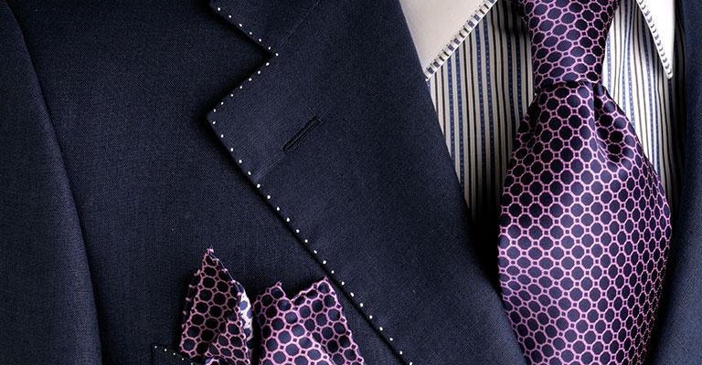 Lila gepunktete Krawatte in Kombination zum Anzug