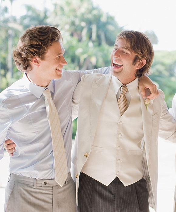 Bräutigam und Trauzeugen in Hochzeitsoutfits