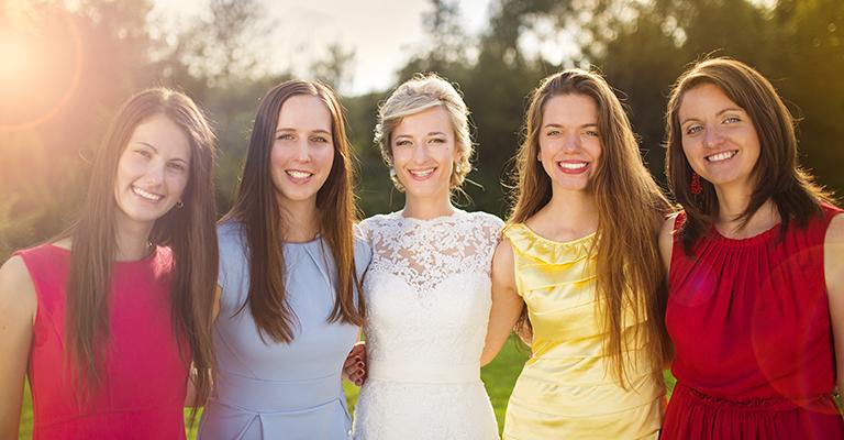 Braut mit Freundinnen in Kleidern