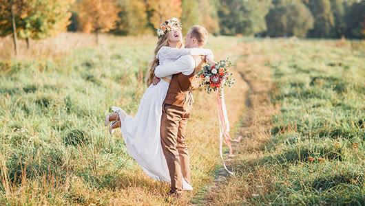 Herbstliches Hochzeitspaar im Feld