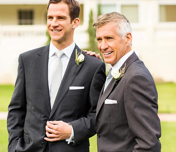 Männliche Hochzeitsgäste posieren für Foto