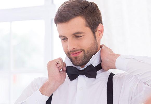 Fliege und Hosenträger zu weißem Hemd