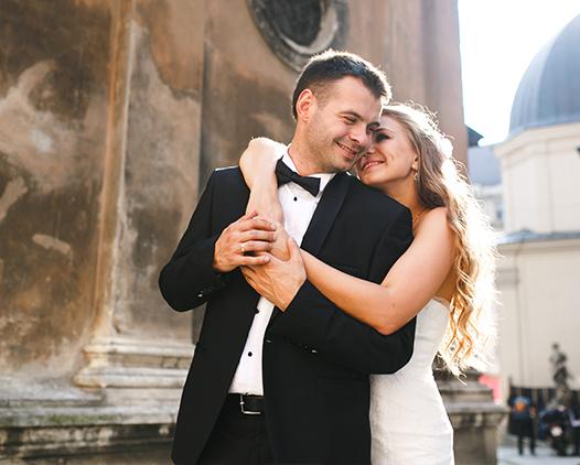 Hochzeitspaar umarmt sich glücklich