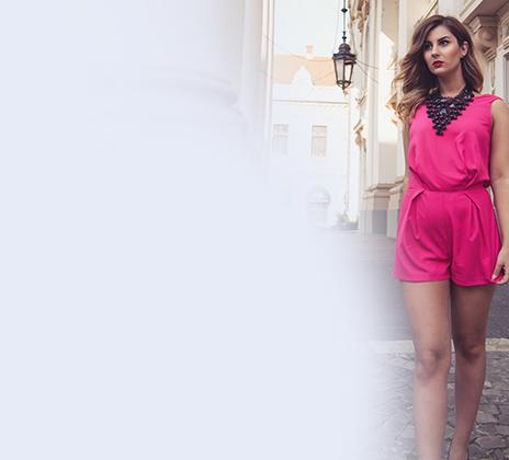 Frau in pinkem Minikleid