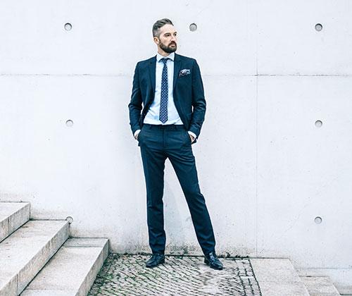 Mann in elegantem Anzug auf Treppe