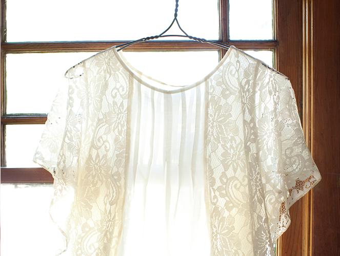 Seide Eigenschaften und Pflegetipps -Seidenbluse auf Kleiderbügel
