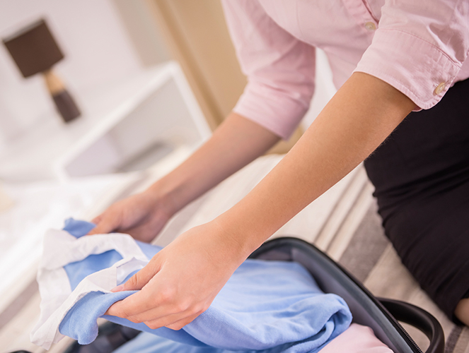 Seide als Blusenmaterial - Seidenbluse wird in den Koffer gepackt