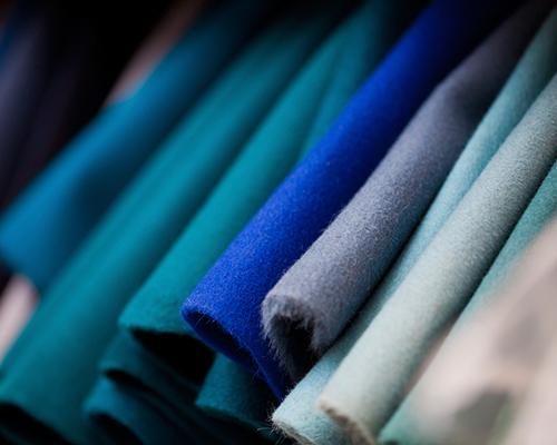 Textilratgeber mit vielen Materialien: verschiedene Stoffe in Blautönen