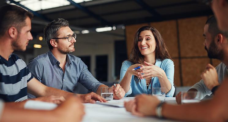 Women in Business Insights - Frau netzwerkt mit Kollegen.