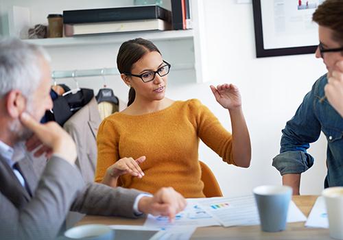Frau diskutiert in der Gruppe - Assesment Center
