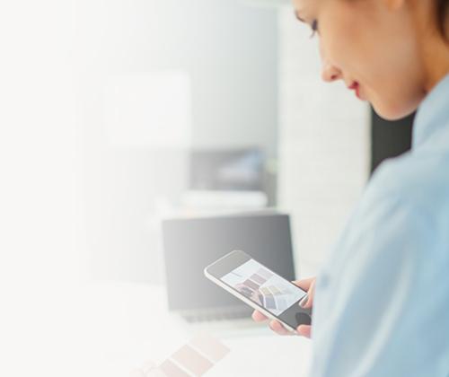 Women in Business: Alles, was Sie wissen müssen. Frau mit Farbfächer