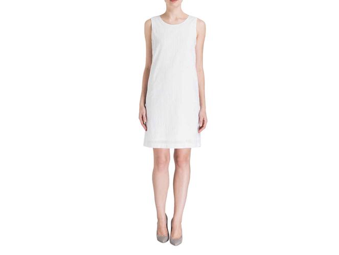 Klassisch in weiß: Leinenkleider