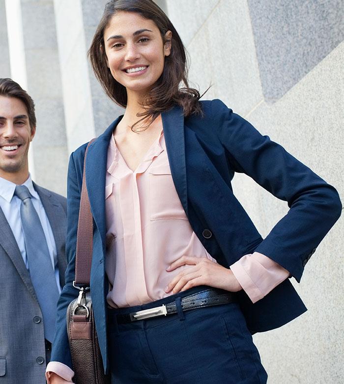 Business Casual - Dresscode Damen. Business Frau kommt am Bahnhof an.