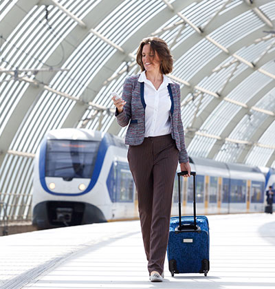 Business Casual - Dresscode Damen. Business Frau kommt am Bahnhof an.
