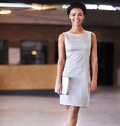 Cocktail Dresscode - Business Woman im beigen Cocktailkleid