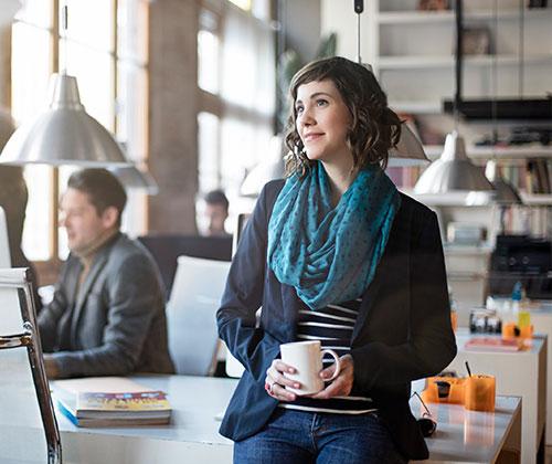 Smart Casual Dresscode - Frau im Büro