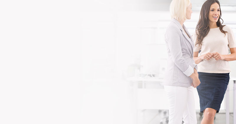 Women in Business – Frauen diskutierend im Büro