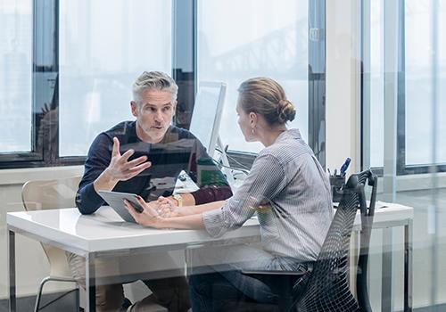 Gehaltsverhandlung: Eine Mitarbeiterin spricht mit ihrem Chef