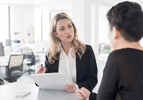 Zwei Frauen diskutieren im Büro