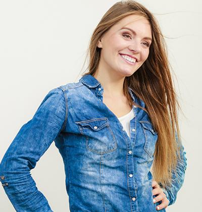 Verschiedene Blusentypen in der Übersicht - Frau in Jeansbluse