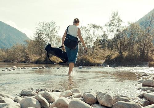 Still Life Fotografin Kate Jackling geht durch die Isar