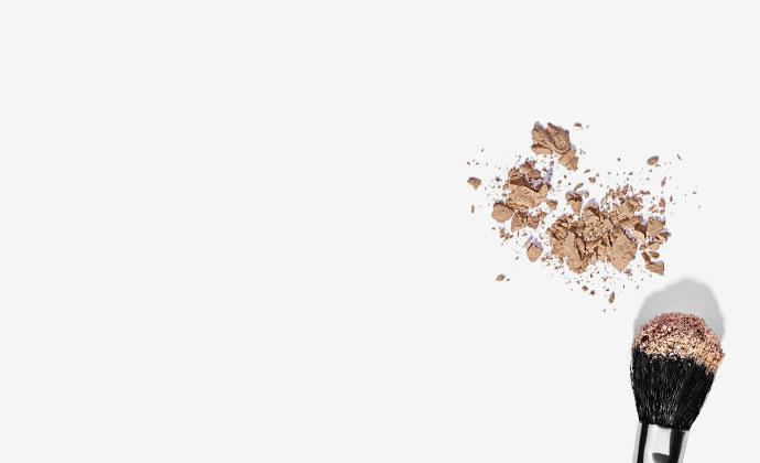 Make-up Flecken entfernen - Puder und Pinsel