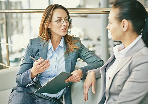 Women in Business Insights - Zwei Kolleginnen sprechen miteinander