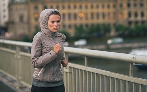 Polyamid - Frau in Sportmode beim Joggen.