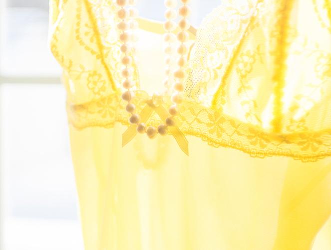 Polyester Vorteile und Nachteile: Gelbes Polyester Top im Wind