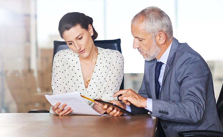 Women In Business Insights - Mann und Frau besprechen Vertrag