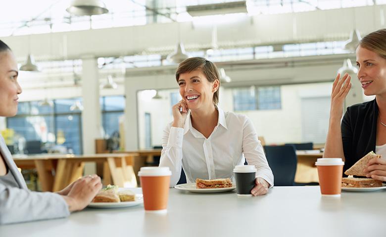 Women In Business Insights - Drei Frauen im Business-Look in der Mittagspause