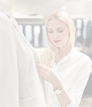 Sandy Provazek hält ein weißes Hemd in der Hand
