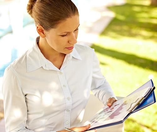 Frau arbeitet in einer Business Sommerbluse im Freien