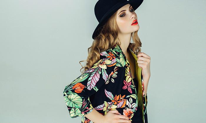 Polyester Übersicht: Frau mit Hut und geblümter Jacke