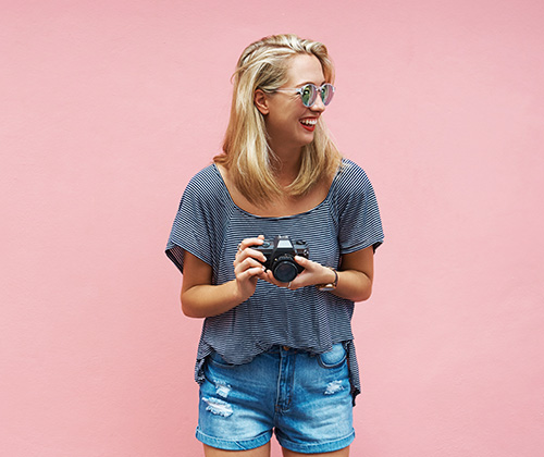 Viskose: Frau in Shirt und Short lachend