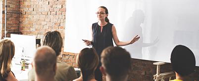 Women In Business Insights - Eine Frau tritt professionell vor ihrer Hörerschaft auf