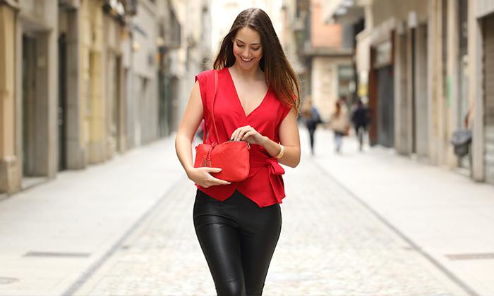 Die Wickelbluse  im Business: Frau mit roter Wickelbluse spaziert eine Straße entlang
