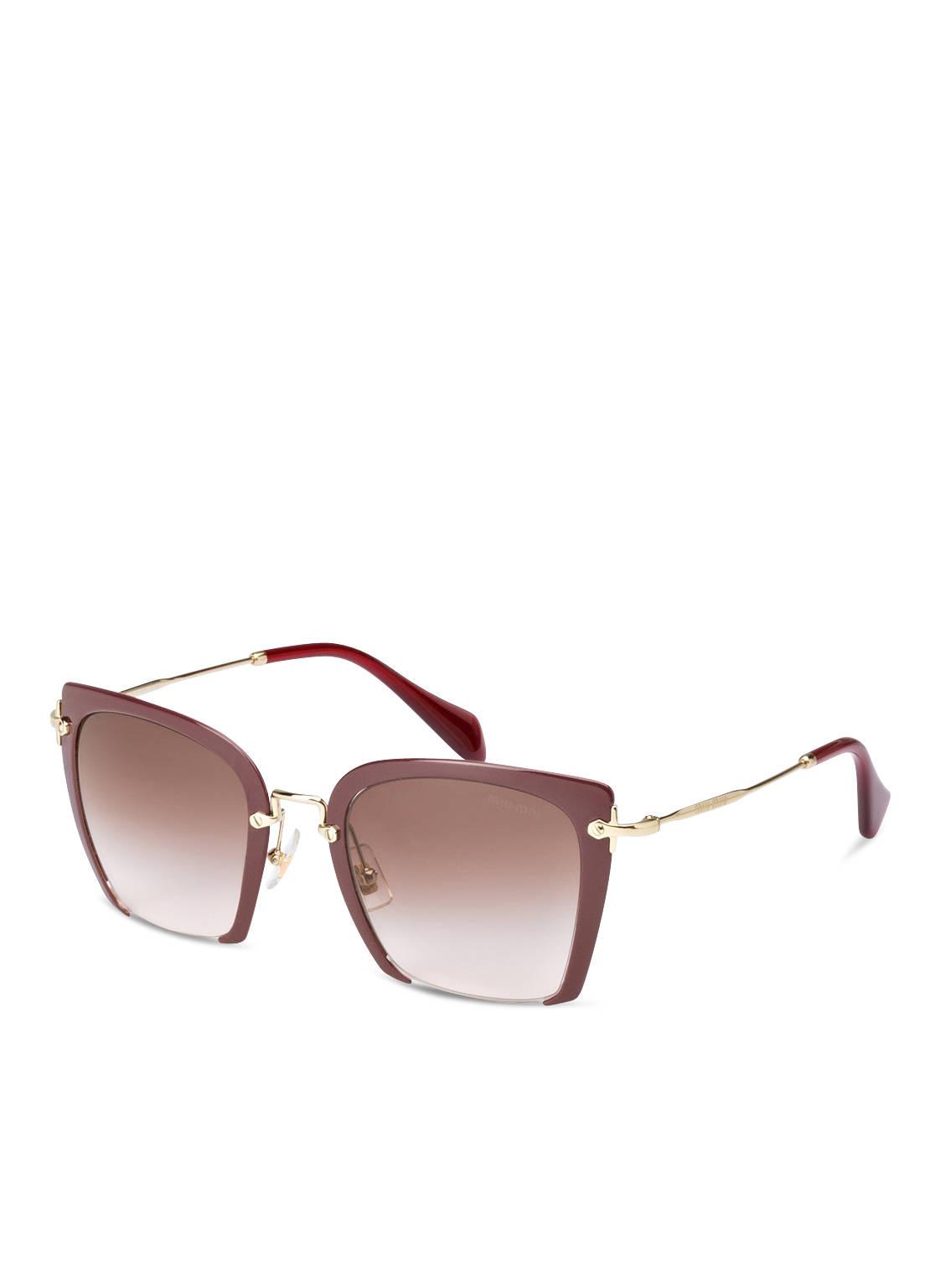 Artikel klicken und genauer betrachten! - Die Sonnenbrille MU 52 RS von MIU MIU bietet einen eleganten Ausblick. Die hervorragende Verarbeitung und die raffinierten Rahmendetails komplettieren den modernen Look des Damenmodells und bieten einen sicheren und stilvollen Schutz vor UV-Strahlen. Details: Eckige Gläser mit Verlauf. Gläser aus Kunststoff. Rahmen aus Kunststoff und Metall. Label-Schriftzug auf den Bügeln. Unterschiedliche UV-Schutzkategorie je nach Modell. UV 400 Filter. Inkl. Brillenetui. Maße: Gesamtbreite: 148 mm. Bügellänge: 140 mm.   im Online Shop kaufen