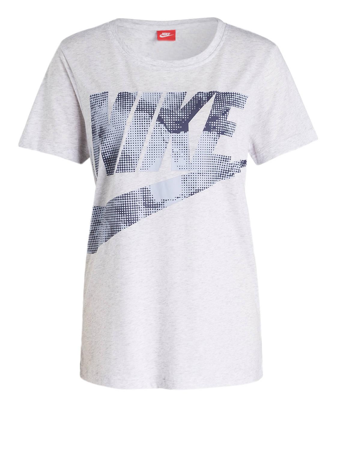 Artikel klicken und genauer betrachten! - Erweitern Sie Ihre sportive Garderobe mit dem leichten T-Shirt GLACIER von Nike! Das Modell für Damen kommt in weichem Baumwollgemisch her und sorgt dank lässigem Schnitt für einen ausgezeichneten Tragekomfort und eine optimale Passform. Kombinieren Sie mit passender Sweatpants für gelungene Sporty-Looks! Details: Gerader Schnitt. Rundhalsausschnitt. Großflächiger Label-Print auf der Front. Maße bei Größe S: Rückenlänge ab Schulter: 67 cm.   im Online Shop kaufen