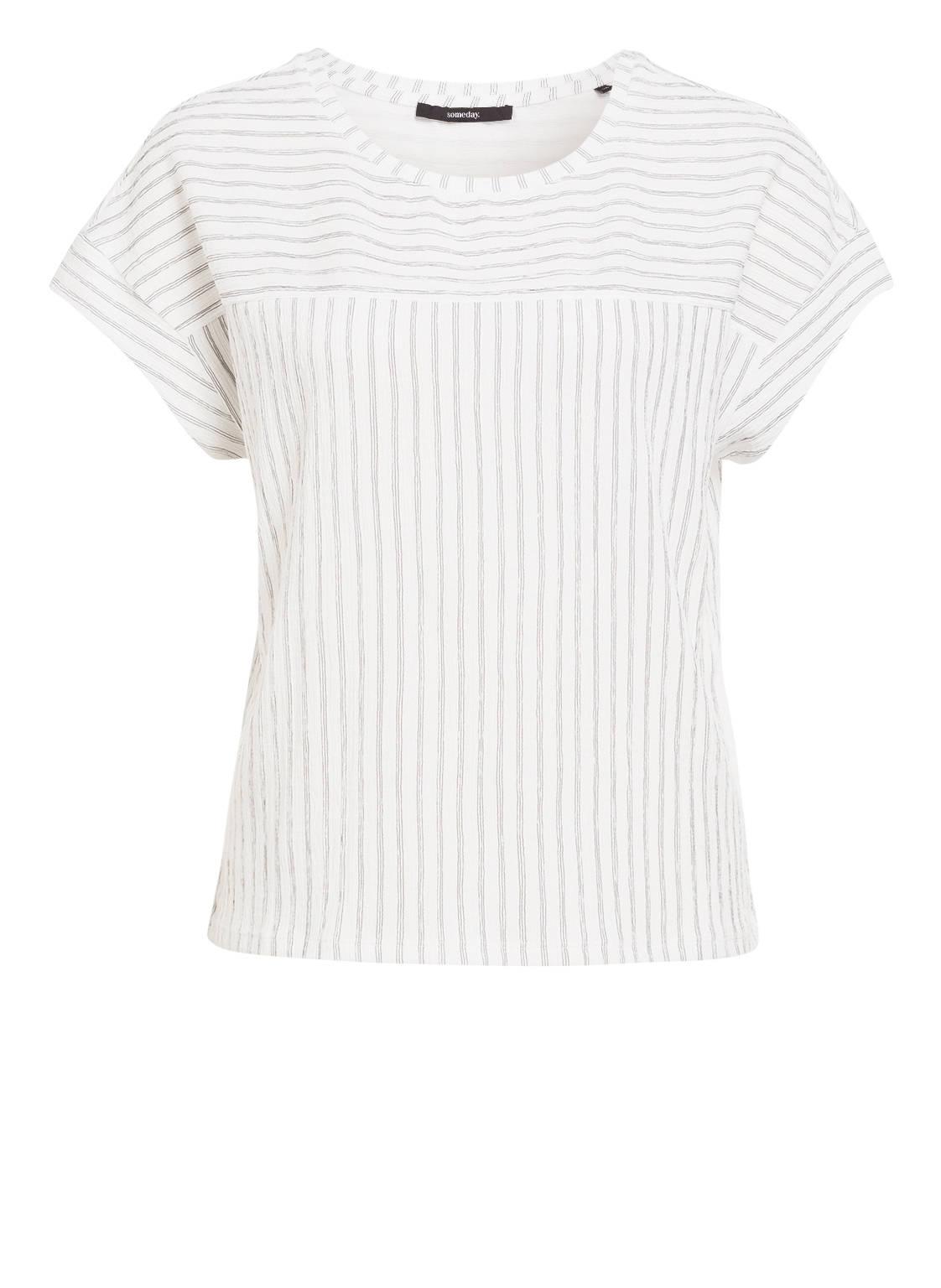 Artikel klicken und genauer betrachten! - Das T-Shirt KAY von someday bezaubert mit seiner einzigartigen Materialqualität. Der gestreifte Stoff in Crêpe-Optik wurde in verschiedenen Richtungen eingesetzt und betont auf stilsichere Weise die angeschnittenen Ärmel. Stylen Sie das Shirt zu einer Hose in ausdrucksstarken Farben! Details: Gerader Schnitt. Rundhalsausschnitt. Angeschnittene Ärmel. Schräg eingesetzte Stoffbahnen. Gestreifte Strickqualität. Maße bei Größe 36:- Rückenlänge ab Schulter: 57 cm Der Artikelversand kostet soweit nicht anders angegeben 3.95 € und der Artikel gehört zur Kategorie: Bekleidung. | im Online Shop kaufen